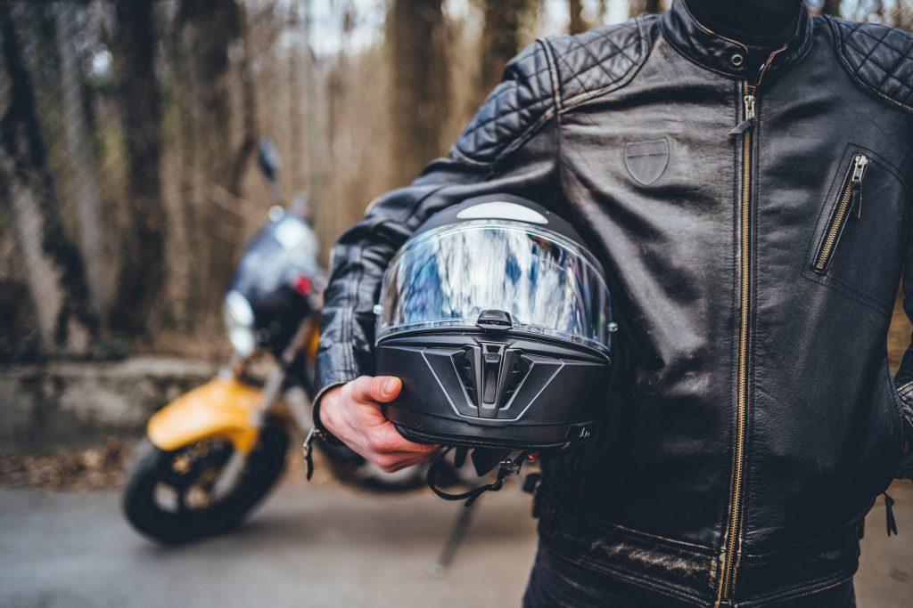kask 1024x683 - Atrakcyjne dodatki do motocykli oferowane przez wypożyczalnie