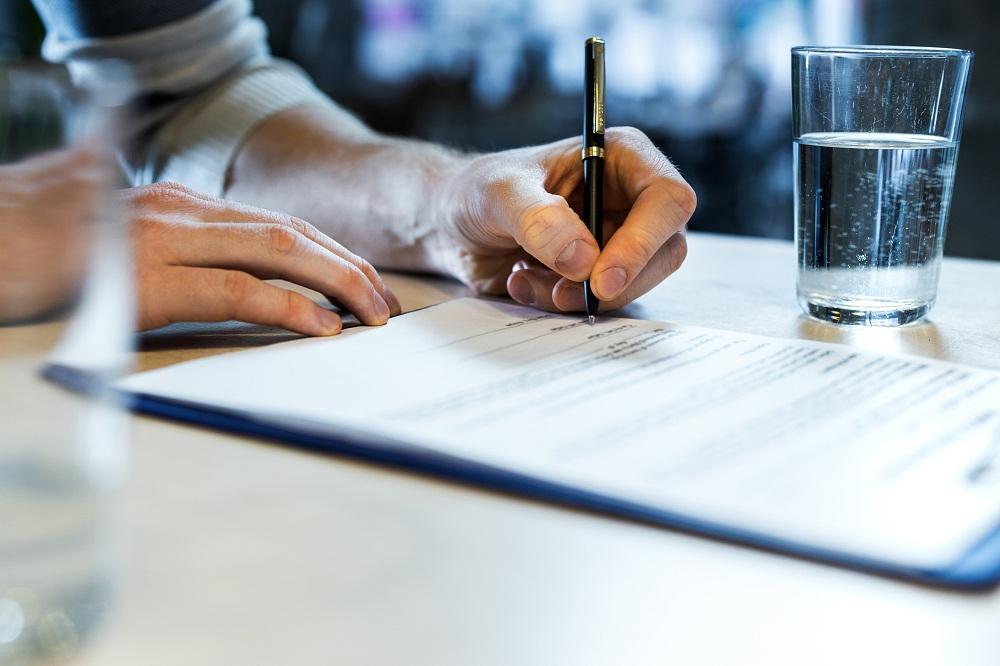 podpis - Co powinna zawierać umowa wynajmu motocykla?